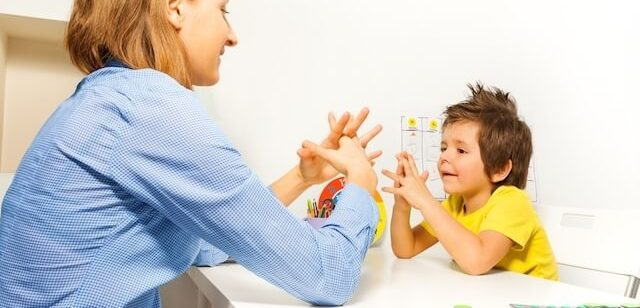 Medicamentos para tratar el autismo: imagen de una doctora con un niño