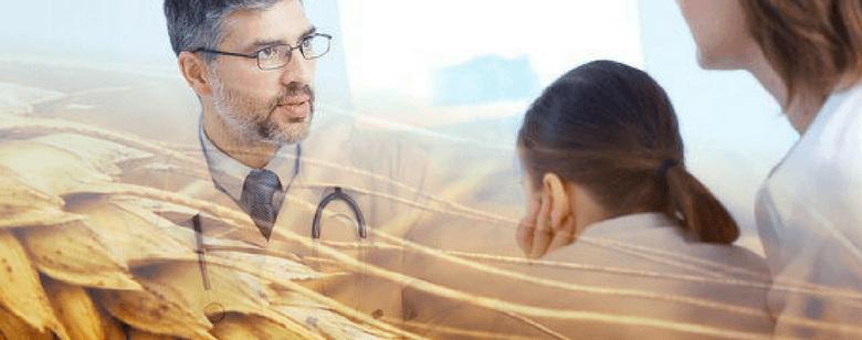 Imagen de un doctor explicando sobre el gluten