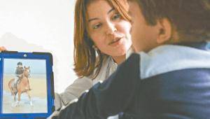 ¿De que mueren los autistas? Imagen de un niño escuchando a su doctora