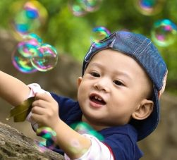 Imagen de niño practicando actividades para estimular su conciencia fonológica