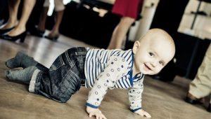 Imagen de un bebe iniciando el gateo en casa