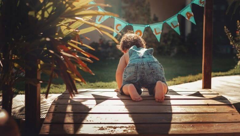Imagen de un bebe gateando y viendo que hacer